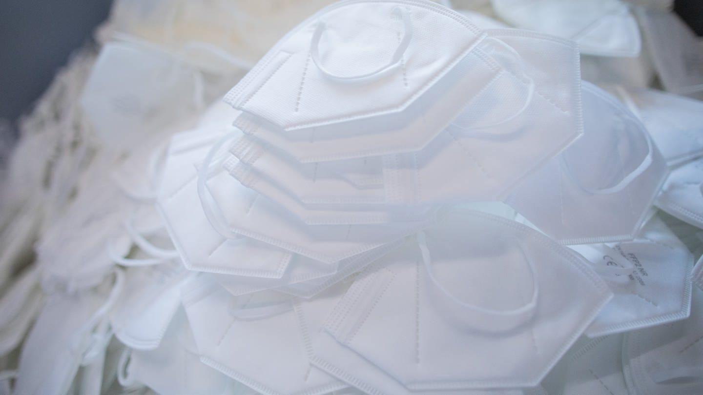 FFP-2-Schutzmasken in weiß aufeinander auf einem Stapel (Foto: dpa Bildfunk, picture alliance/dpa | Rolf Vennenbernd)