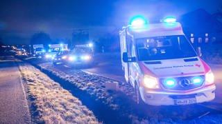 Fünf Rettungsfahrzeuge im Einsatz  (Foto: imago images, 7aktuellx xSimonxAdomat)