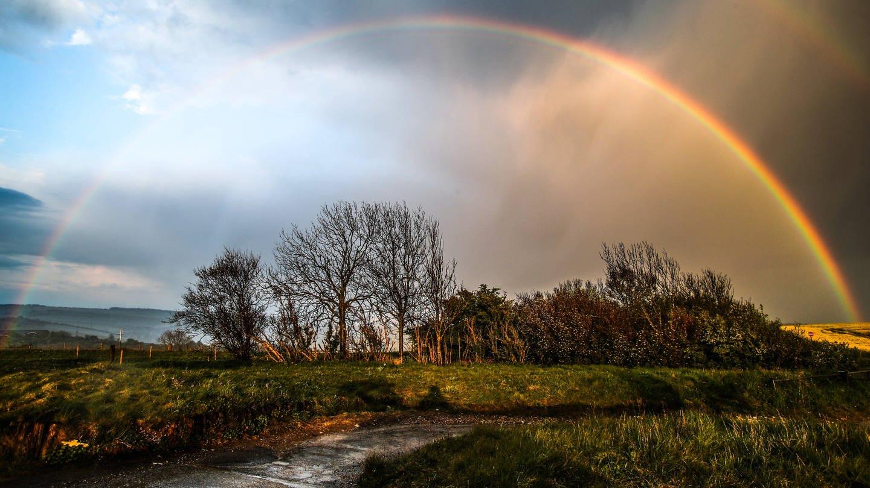 Der Mai ist sehr verregnet. Frühling in Deutschland, nach erneutem Regen zeigt sich ein Regenbogen.