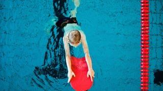 Ein Junge mit Schwimmbrett im Wasser (Foto: dpa Bildfunk, picture alliance/dpa   Rolf Vennenbernd)