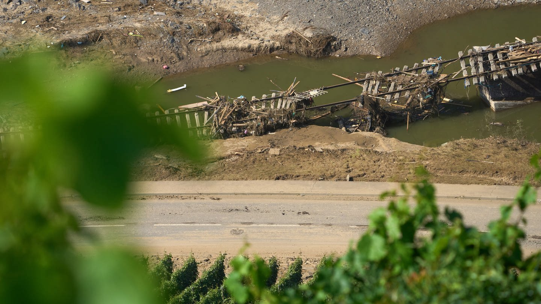 Bahngleise hängen bei Marienthal im Ahrtal in der Luft. Das Hochwasser der Ahr hat hier zahlreiche Brücken zerstört und die Bahnstrecke in weiten Teilen weggespült.