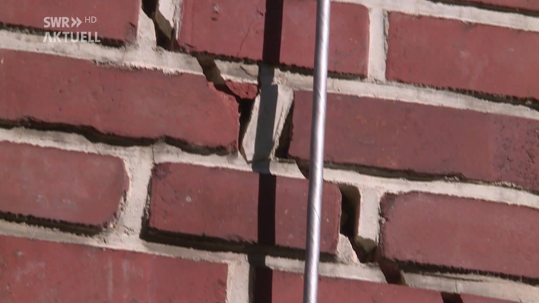 Risse in einer Mauer