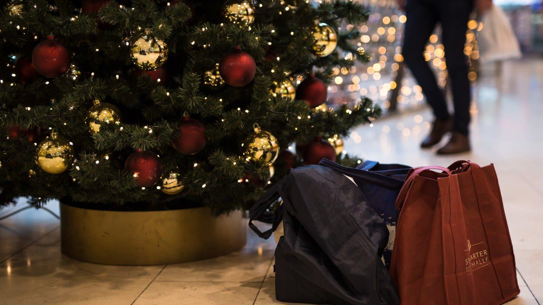 In den ersten Warenhäusern stehen bereits Weihnachtsbäume (Foto: picture-alliance / Reportdienste, dpa Bildfunk, Picture Alliance/Picture Alliance)