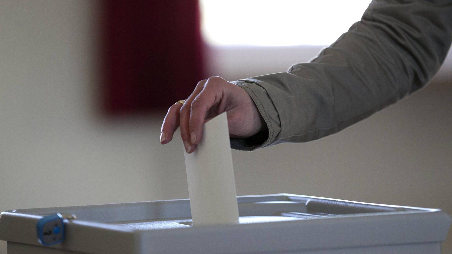 Stimmabgabe in eine Wahlurne