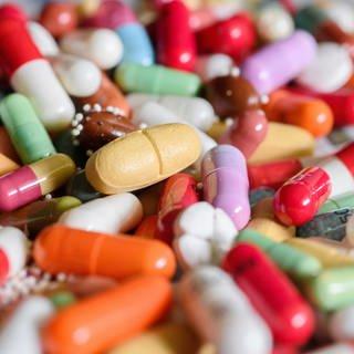 Unterschiedliche Medikamente (Foto: dpa Bildfunk, picture alliance/Hans-Jürgen Wiedl/dpa-Zentralbild/dpa)