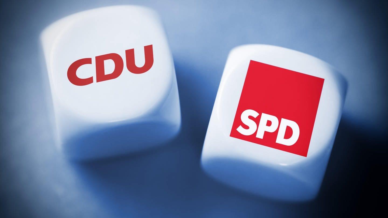 Wuerfel mit den Logos von CDU und SPD (Foto: dpa Bildfunk)