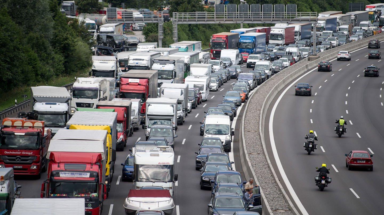 Autos und Lkws stauen sich auf der A8. (Foto: picture-alliance / Reportdienste, Sebastian Gollnow)