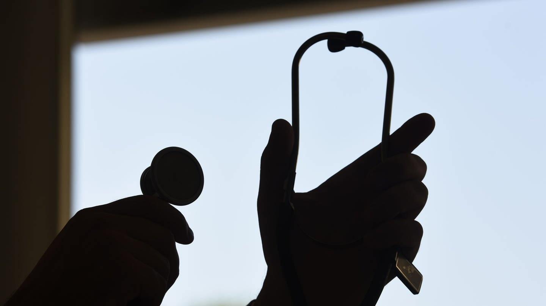 Ein Arzt hält ein Stethoskop (Foto: dpa Bildfunk, picture alliance/Patrick Seeger/dpa)