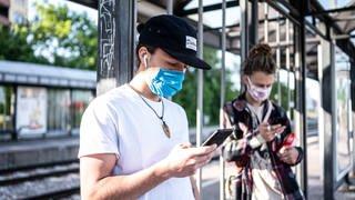 Zwei Jugendliche tragen eine Atemschutzmaske an einer Haltestelle der Strassenbahn der KVV. Taegliches Leben in Deutschland waehrend der Corona-Krise (Foto: picture-alliance / Reportdienste, picture alliance/augenklick/GES)