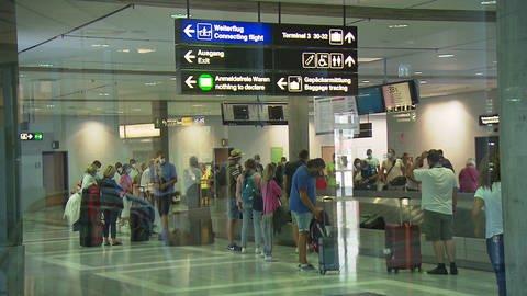 Reisende am Flughafen Stuttgart stehen dicht gedrängt an der Gepäckausgabe (Foto: SWR)