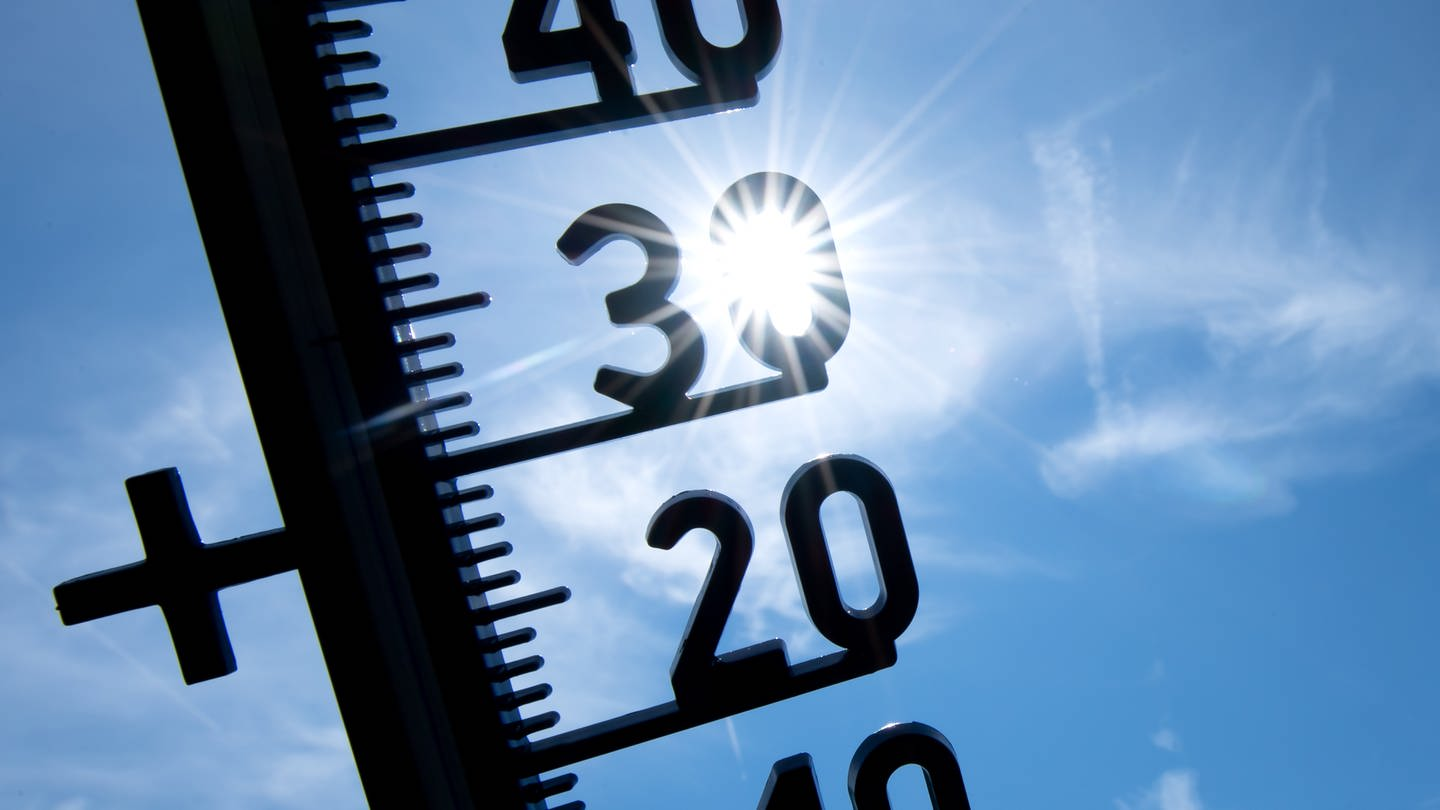 Thermometer zeigt 30 Grad an