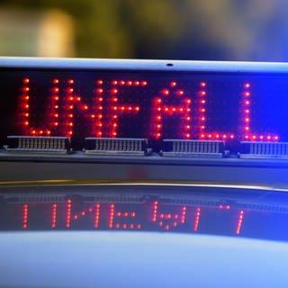 """Ein Polizeiauto mit eingeschaltetem Blaulicht und dem Schriftzug """"Unfall"""" (Foto: dpa Bildfunk, picture alliance/Stefan Puchner/dpa (Symbolbild))"""