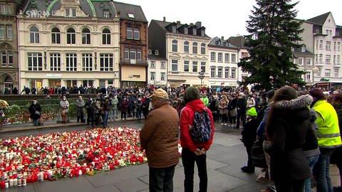 Mehrere Personen bei Gedenkminute in der Innenstadt von Trier (Foto: SWR)