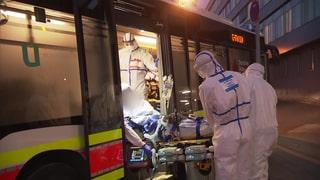 Ein Corona-Patient wird per Bus in eine andere Klinik verlegt (Foto: SWR)