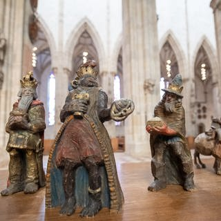 Die Figur des Melchior (2.v.r) steht mit den anderen Figuren der Heiligen Drei Könige im Ulmer Münster. Die evangelische Münstergemeinde in Ulm wird die Heiligen Drei Könige aus ihrer Weihnachtskrippe entfernen. (Foto: dpa Bildfunk, picture alliance/dpa   Sebastian Gollnow)