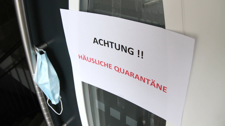 Ein Schild weist auf häusliche Quarantäne hin. (Foto: dpa Bildfunk, picture alliance/Eibner-Pressefoto/Fleig)