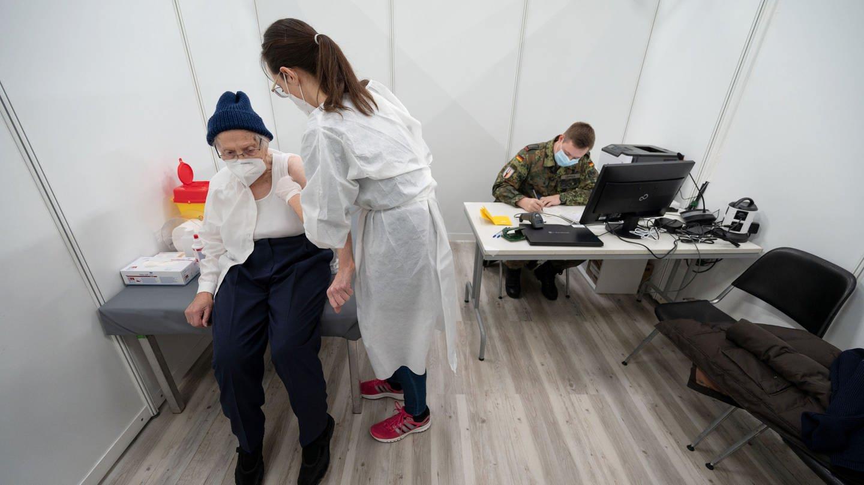 Trotz Lieferengpässen: Baden-Württemberg hält an Impfstrategie fest