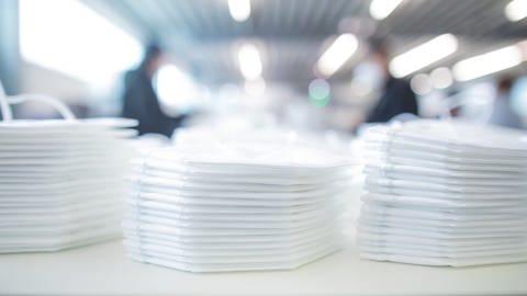 FFP2 Schutzmasken werden in einer Produktionsstätte für die Verpackung zusammengelegt