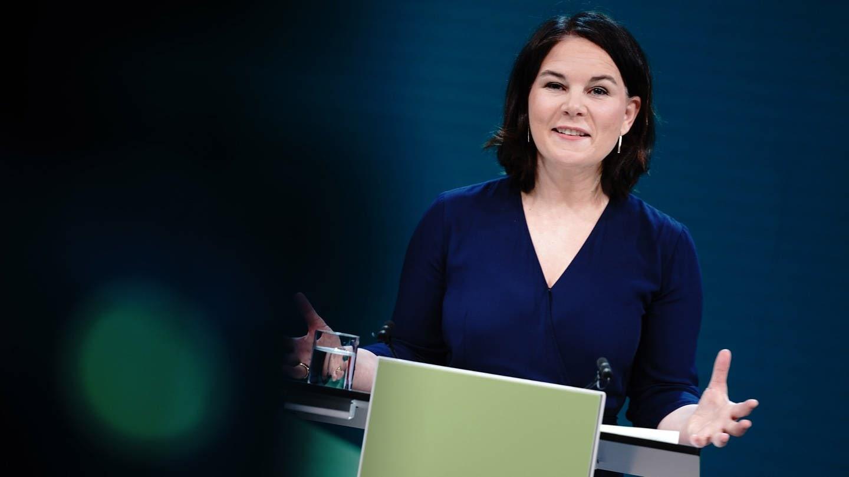 Die Grünen-Vorsitzende Annalena Baerbock soll als Kanzlerkandidatin in die Bundestagswahl. Hier spricht sie an einem Pult über ihre Nomineirung. (Foto: dpa Bildfunk, picture alliance/dpa | Kay Nietfeld)