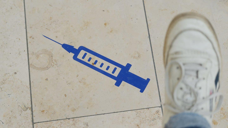 picture alliance/dpa/dpa-Zentralbild | Sebastian Willnow (Foto: dpa Bildfunk, Das Symbol einer Spritze ist auf dem Boden aufgeklebt.)