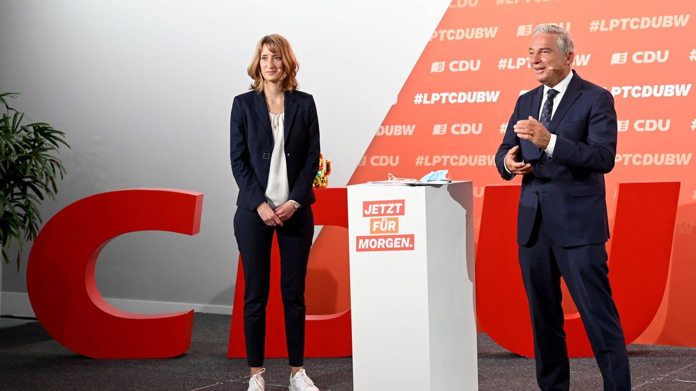 Isabell Huber, die neue Generalsekretärin der CDU in Baden-Württemberg, steht beim digitalen Landesparteitag auf dem Podium. Rechts steht Thomas Strobl (CDU), Landesvorsitzender der CDU-Baden-Württemberg. (Foto: dpa Bildfunk, picture alliance/dpa | Bernd Weissbrod)