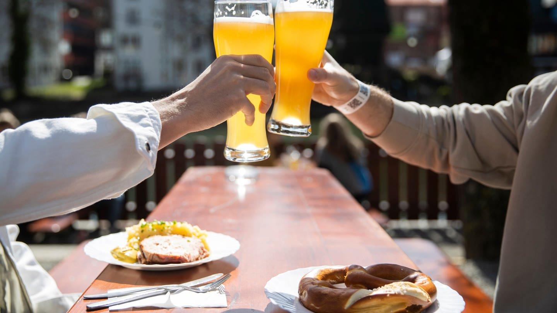 Biergärten in Kreisen und Städten mit einer niedrigen Corona-Inzidenz dürfen bald wieder öffnen (Foto: dpa Bildfunk, Picture Alliance)