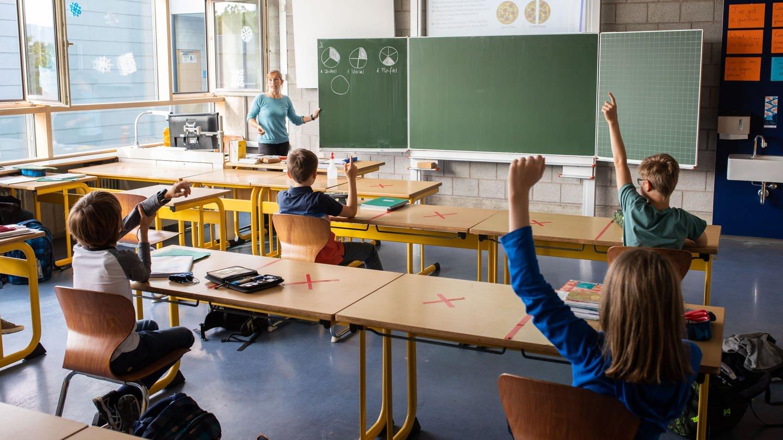 Schulkinder einer fünften Klasse des Kreisgymnasiums in Bad Krozingen. (Foto: dpa Bildfunk, picture alliance/dpa | Philipp von Ditfurth)