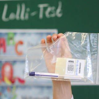 Ein Corona-Lolli-Test in einer Tüte für einer Tafel. (Foto: dpa Bildfunk, picture alliance/dpa   Roland Weihrauch)