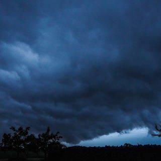 Eine Unwetterzelle mit Starkregen ist am Nachthimmel zu sehen. (Foto: dpa Bildfunk, picture alliance/dpa/SDMG | Kohls)