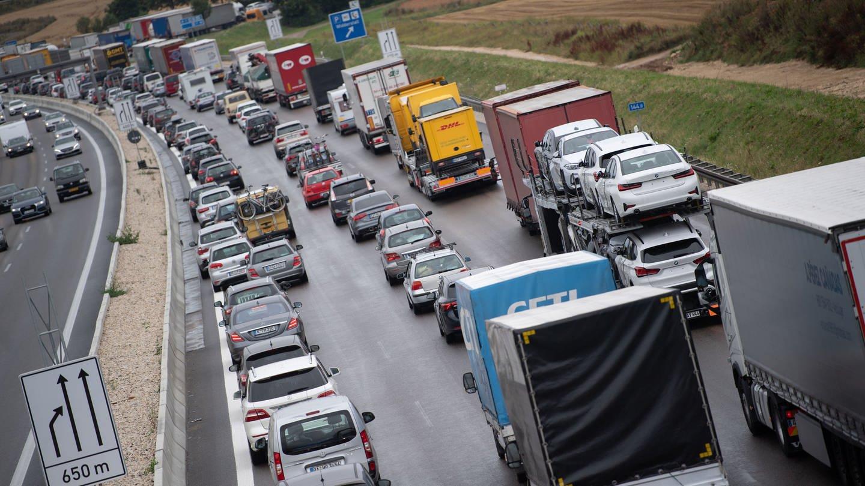 Autos stehen auf der A8 im Stau. Der ADAC rechnet zum Beginn der Sommerferien mit Staus auf den Autobahnen in Baden-Württemberg.