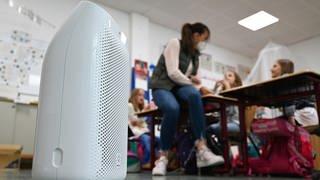 In einer Grundschule steht ein Luftfilter in einem Klassenzimmer. (Foto: dpa Bildfunk, picture alliance/dpa | Arne Dedert)