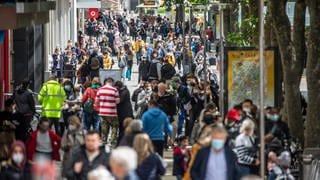 Zahlreiche Menschen laufen durch die Königstraße. Restaurants, Hotels und der Einzelhandel dürfen wieder aufmachen - Besucher müssen geimpft oder genesen sein oder einen negativen Test vorlegen.  (Foto: dpa Bildfunk, Picture Alliance)