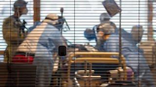 Ärztinnen, Pflegerinnen und weiteres medizinisches Fachpersonal kümmern sich auf einer Intensivstation um einen Covid-19-Patienten (Foto: dpa Bildfunk, picture alliance/dpa   Sebastian Gollnow; Symbolbild)