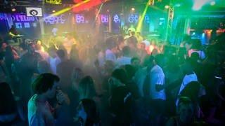 Junge Menschen tanzen in einem Club ohne Maske und Abstand. (Foto: Imago, IMAGO / PanoramiC)