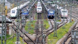 Geparkte Züge der Deutschen Bahn stehen auf ihren Gleisen.  (Foto: dpa Bildfunk, picture alliance/dpa   Sven Hoppe)