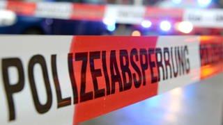 Ein Flatterband mit der Aufschrift «Polizeiabsperrung». (Foto: dpa Bildfunk, picture alliance/dpa | Patrick Seeger (Symbolbild))