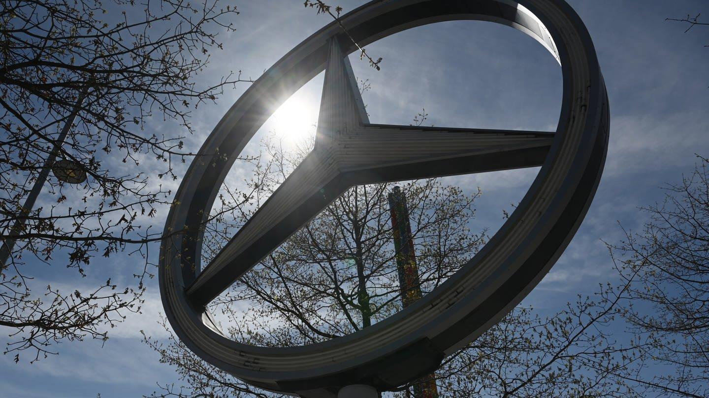 Ein Mercedes-Stern, das Logo der Automarke Mercedes-Benz im Daimler Konzern, steht vor dem Mercedes-Benz Museum.