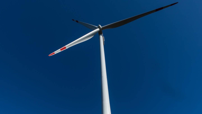 Ein Windrad des Windparks Falkenhöhe steht nahe Schramberg.
