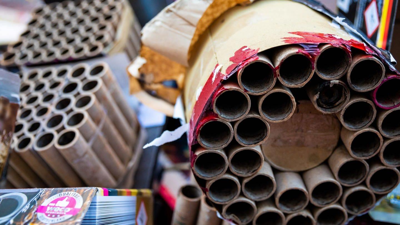 Abgebrannte Feuerwerksartikel liegen auf einer Straße. (Foto: dpa Bildfunk, picture alliance/Moritz Frankenberg/dpa)