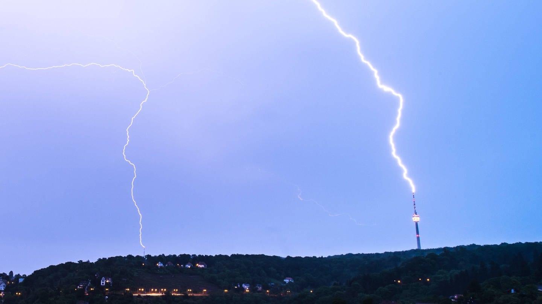 Ein Blitz über Stuttgart (Foto: Imago, Florian Gerlach)