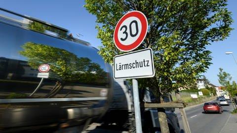 Ein Schild, das auf Tempo 30 und Lärmschutz hinweist, steht auf der Bundesstraße 31. (Foto: dpa Bildfunk, Felix Kästle)
