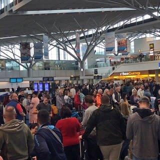 Zahlreiche Passagiere warten aufgrund der Thomas-Cook-Pleite am Flughafen Stuttgart auf weitere Informationen.  (Foto: SWR)
