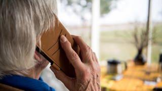 Ältere Frau hat ein Handy am Ohr (Foto: dpa Bildfunk, picture alliance/Sebastian Gollnow/dpa)