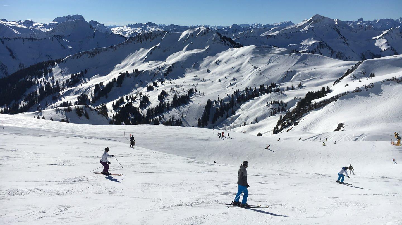 Skifahrer fahren auf der Skipiste in Damüls. (Foto: SWR, Frederike Roser)