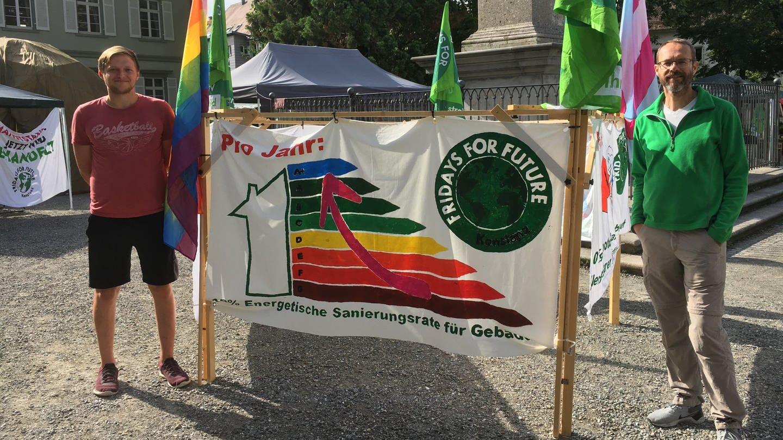 Zwei Klimaaktivisten mit Transparent auf dem Platz vor dem Konstanzer Münster