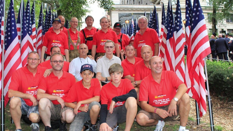 New Yorker Feuerwehr- Angehörige in - Wangen nach 9/11