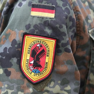 Pfullendorf: Ein Soldat trägt das Abzeichen des Ausbildungszentrum für Spezielle Operationen der Bundeswehr in der Staufer-Kaserne (Foto: dpa Bildfunk, picture alliance / Thomas Warnack/dpa)