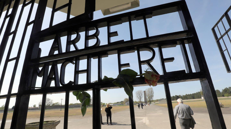 Tor zum ehemaligen Konzentrationslager Sachsenhausen mit der Aufschrift