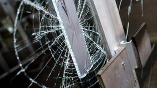 Einbruch-Spuren an einem Gebäude: Jugendliche Vandalen sollen sich in Mainhardt an und in Schulen zu schaffen gemacht haben (Symbolbild) (Foto: dpa Bildfunk)
