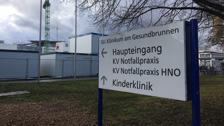 Schild im Eingangsbereich der SLK-Klinik (Foto: SWR)